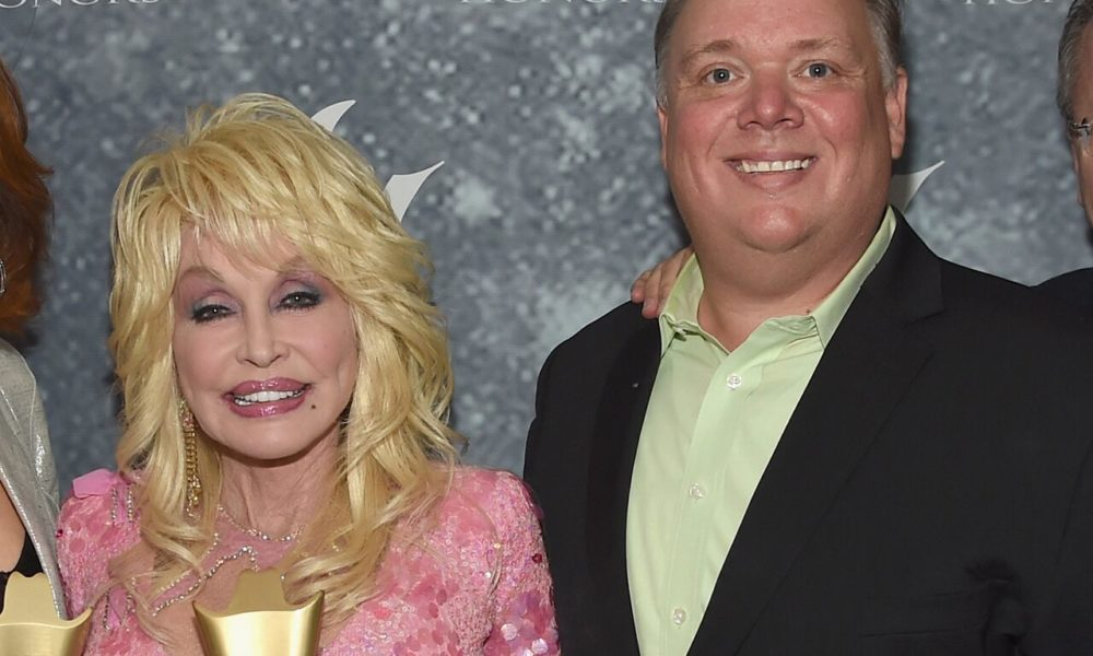 Dolly Parton posed at CMA Awards with feeble publicist Kirt Webster, will get slammed by sister Stella – Fox Files