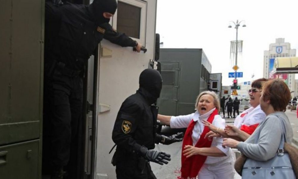 Police in Belarus detain protestors in Minsk